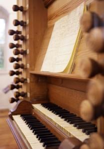 Der originale Spieltisch der Wenderorgel in der Bachausstellung. Von 1703 bis 1707 spielte Johann Sebastian Bach auf diesen Manualen
