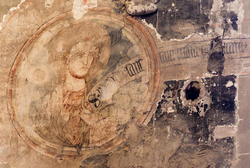 Eine der ältesten Malereien in Arnstadt ist das Christusmedaillon in der Oberkirche. Im Zuge der Sanierung der Oberkirche wurde es abgedeckt und übermalt. Damit ist es leider auf absehbare Zeit den Augen der Öffentlichkeit verborgen